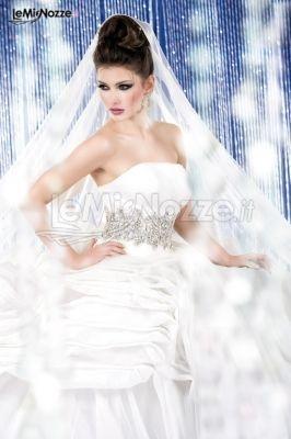http://www.lemienozze.it/gallerie/foto-abiti-da-sposa/img4712.html  Abito da sposa in organza e tulle con cinta di strass e corpino drappeggiato