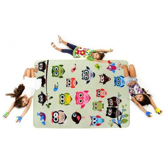 Zeleny detsky koberec so vzorom soviciek