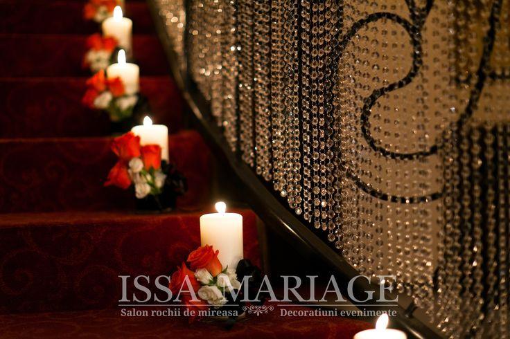decoratiuni scara nunta cu cristale si aranjamente florale pe lumanari