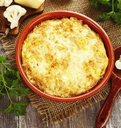 Existen más de 100 formas de cocinar huevos, deja descansar la receta que siempre utilizas y prepara esta delicia en cazuela para el desayuno, lleva jamón (lo puedes sustituir por tocino) y mucho queso derretido.Preparación1. Revienta los huevos en una cazuela de barro.2. Agrega el jamón o tocino frito.3. Aparte, cocina el puré de tomate y sazona. Si quieres le puedes agregar picante.4. Vierte la salsa en la cazuela.