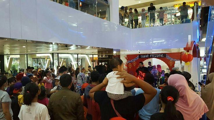 """Mister Gandhi Magic Show at Slipi Jaya Mall  Mengucapkan : """"Gong Xi Fa Cai, Xin Nian Kuai Le"""".  Sukses Selalu, Mister Gandhi  www.gandhimagician.com mistergandhi.blogspot.com"""