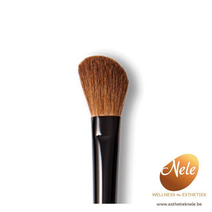 De Mineralogie ContourBrush is de perfecteborstel om bronzer, radiance of blush op dewangen aan te brengen. Mineralogie ContourBrush is weelderig, luxueus en perfect geschikt voor het aanbrengen van de juiste hoeveelheid kleur. Door de juiste hoeveelheid haartjes kan je de contouren van je jukbeenderen perfect accentueren of compenseren.  Hoe gebruiken?