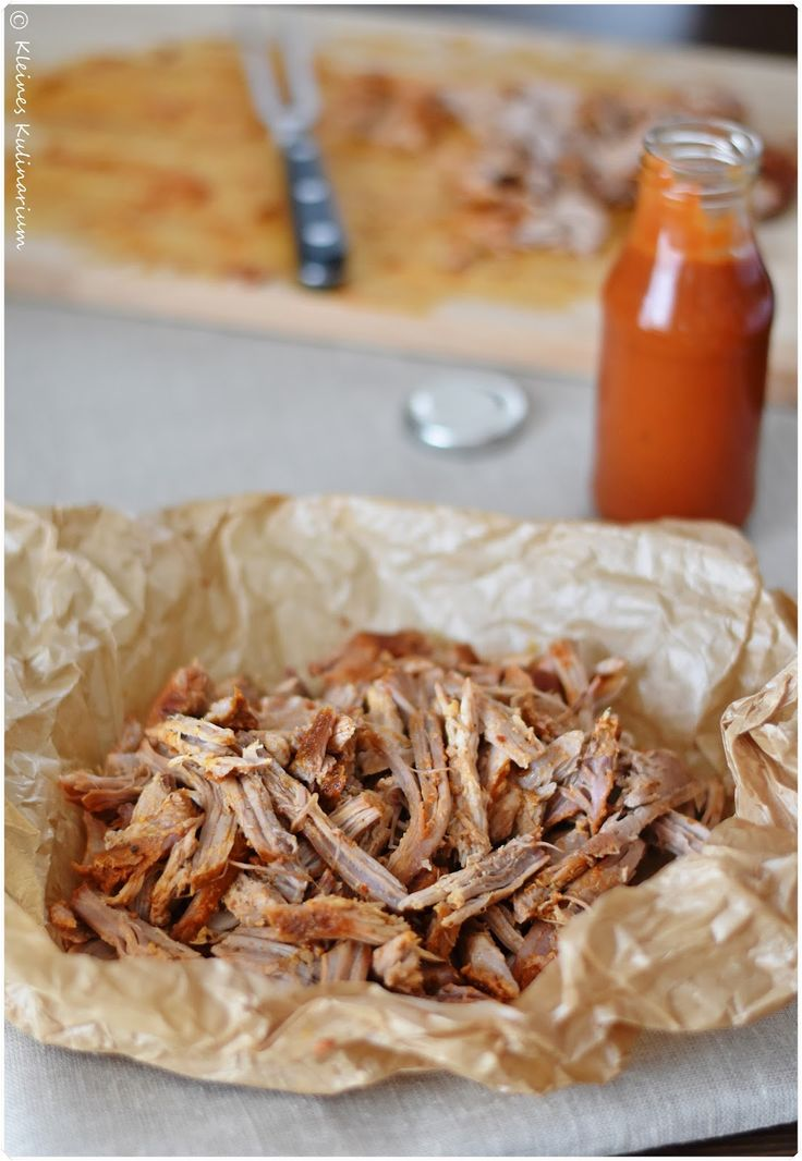 Pulled Pork aus dem Ofen mit Brioche Burger Buns, selbstgemachter BBQ Sauce und einem knackigen Krautsalat. Unbedingt ausprobieren