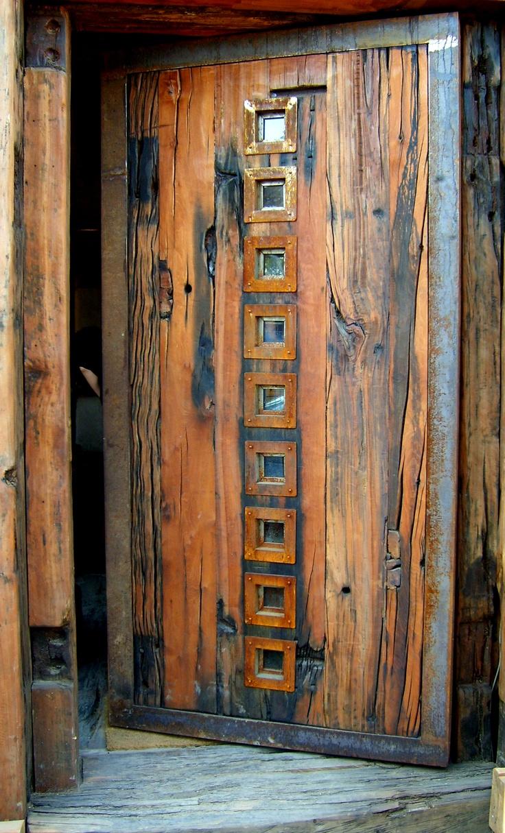 Puerta principal de roble r stico con ventanas de fierro for Puertas antiguas para decoracion
