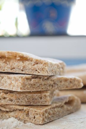 El pan pita es un pan muy saludable y rico que se utiliza en muchas cocinas del mediterráneo oriental y del cercano oriente. Es una alternativa más sana al pan de sandwich ya que también podemos rellenarlo de lo que más nos guste. Nuestra versión es integral pero también está delicioso si se hace con... Sigue leyendo »