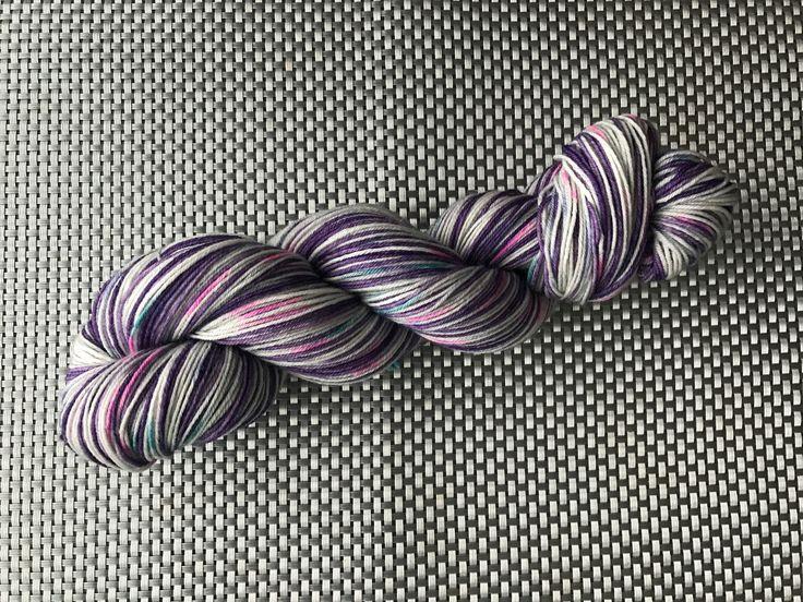 Nymphe, laine à bas teinte à la main, violet avec picots de couleurs, grosseur fingering, mérinos et nylon, 100g/420m de la boutique EmmaHDesign sur Etsy