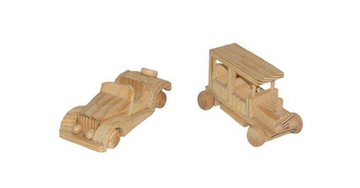 Cómo hacer un auto de madera de juguete. Jugar con autos de juguete les permite a los niños expandir su imaginación. Para superar su desarrollo creativo, ayúdalos a construir su propio auto de madera de juguete. El auto puede hacerse con unos pocos materiales y con las herramientas apropiadas, y no llevará más de diez minutos en completarse.