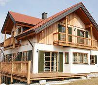 Holz + grüne Fensterläden