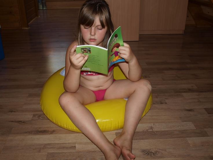 """""""""""Domki pod dębem"""" - Solina, sierpień 2012, moja siostrzenica Wiktoria podczas przerwy na lekturę.""""  Fot. Anna Zieleńska"""