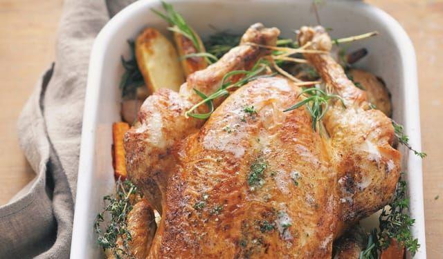 Upečte ho trochu inak: Pečené kura s koreňovou zeleninou | DobreJedlo.sk