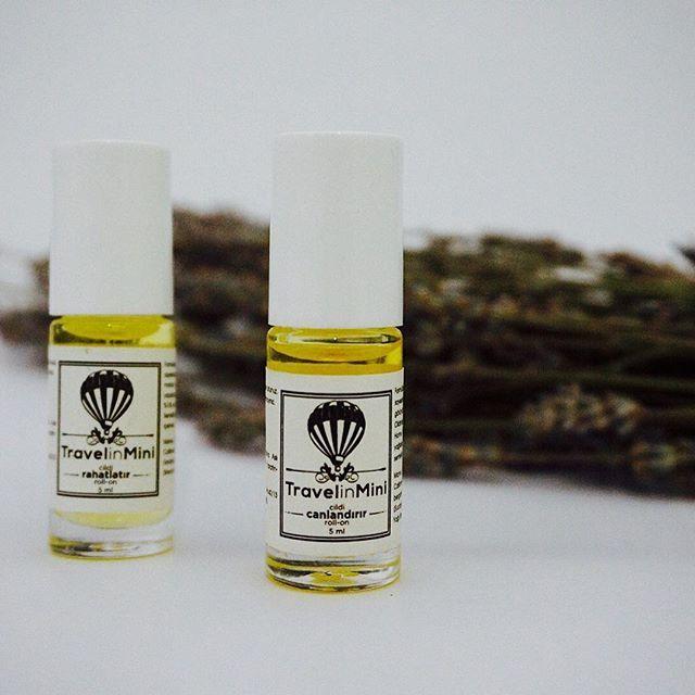 TRAVELINMINI AROMATERAPİK RAHATLATICI ROLL-ON 5 ML  Bu doğal aromaterapik ürün, formülasyonundaki uçucu yağlar sayesinde rahatlatır, dinginleştirir. Homemade aromaterapi tarafından geliştirilen bu özel ürünü seyahatte,  evde, iş yerinde, toplantıda, ihtiyaç duyduğunuz her an ve her yerde kolaylıkla cildinize masaj yaparak kullanabilirsiniz. %100 saf uçucu yağlarla formüle edilmiştir. Sentetik koku, sentetik boya ve koruyucu içermez. İÇİNDEKİLER: Jojoba (Simmondsia Californica), Lavanta Uçucu…