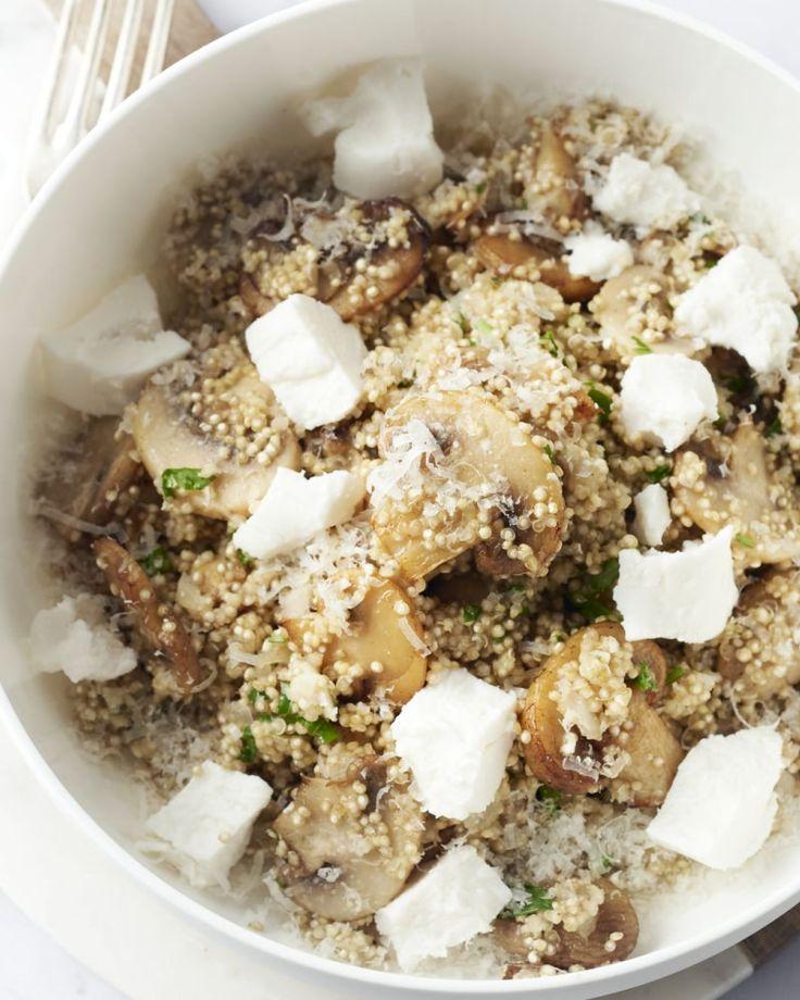 Je kan eigenlijk risotto maken van eender welke graansoort, in dit geval gezonde quinoa! Een heerlijk vegetarisch gerecht met champignons en zachte geitenkaas.