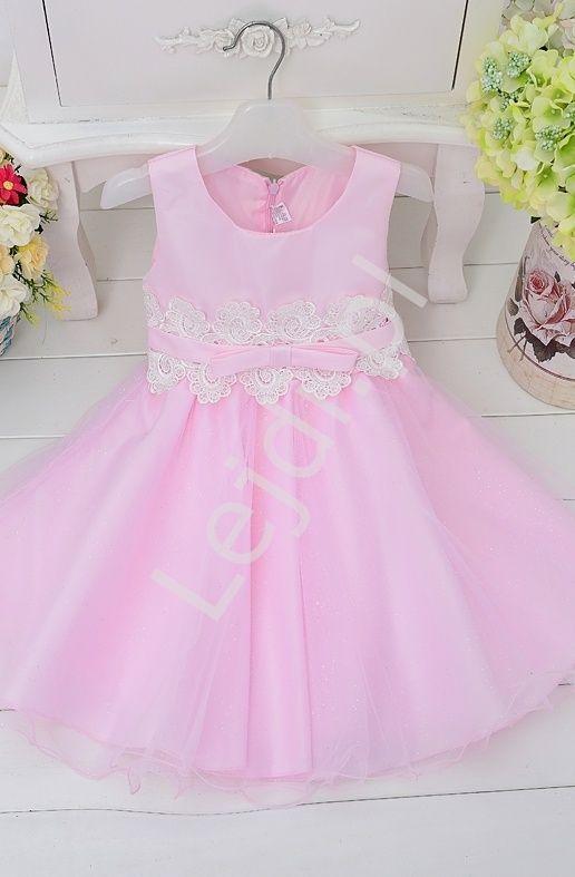 df774ec86e Różowa sukienka dla dziewczynki zdobiona w pasie białą koronką ...