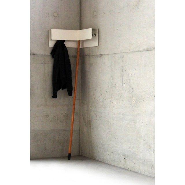 ...Mehr als nur ein Nischenprodukt. Eine mobile Garderobe für die Ecke, die sich auf nur einem Bein gestützt an die Wand lehnt und dafür keine Schraube braucht. JECKET bietet Platz für viele Kleidungsstücke an 10 verdeckten Haken und sorgt gleichzeitig für einen aufgeräumten Eindruck. Für den sicheren und schonenden Kontakt zu Wand und Boden sorgen eine Silikonkappe am Fuß und sechs Kunststoffkappen auf der Rückseite. Für den handlichen Transport kann der Stab werkzeuglos zerlegt und JECKET…