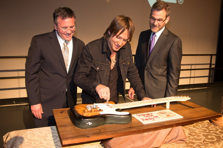 Keith cuts into an AMAZING guitar cake with his new pocketknife from Marty Stuart at the @Grand Ole Opry!
