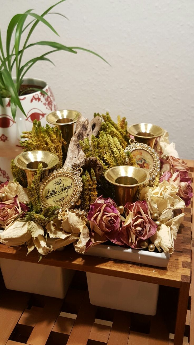 Advent decor. Trip Trap Plint 4 idea. Brass candle holders. Dry roses and plants. Ornaments.