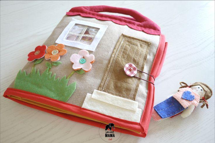 """Quiet book """"DollHouse"""" - Libro di stoffa realizzato a mano, casa bambola, libro attività gioco da viaggio, Montessori, personalizzato di SmartmamaLab su Etsy"""