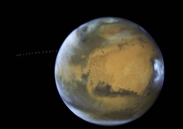 Le 13 pose di Phobos mentre orbita intorno a Marte(fonte: NASA, ESA, and Z. Levay (STScI), Acknowledgment: J. Bell (ASU) and M. Wolff (Space Science Institute)  © Ansa