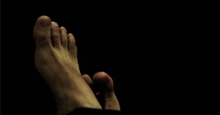 Cómo deshacerse de las uñas amarillas en los pies. Las uñas amarillas son desagradables, especialmente para los que las poseen. Durante la estación de calor, muchas personas piensan que es importante mantener sus pies bien arreglados. Esto significa tener las uñas blancas, bien cuidadas y los pies sin juanetes. Cualquier decoloración, sin embargo, lleva meses de tratamiento. De hecho, para algunas ...