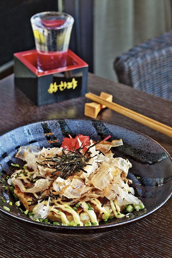 El Okonomiyaki, o pizza japonesa, es una especie de tortilla campesina con verduras, carnes, mariscos... y todo tipo de salsas. © Young-Ah Kim