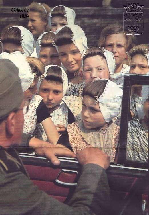 De meidagen van 1940 in Arnemuiden. Arnemuidse. Kinderen in klederdracht tijdens de tweede wereldoorlog.   De foto is gemaakt door de Nazifotograaf Otto Kropf. Hij was onderweg met een eenheid van de Duitse propagandadienst en probeerde de indruk te wekken dat de Duitsers door de bevolking vriendelijk werden ontvangen.