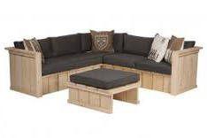 Hoekbank van steigerhout met stoel en tafel.
