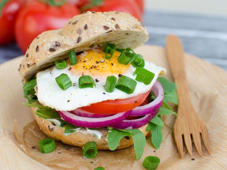 """Śniadaniowy """"burger"""" z jajkiem sadzonym"""