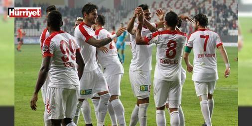 Antalyaspor 1-0 Adanaspor / MAÇIN ÖZETİ : Spor Toto Süper Ligde 12. hafta maçında Antalyaspor sahasında Adanasporu 1-0 mağlup etti. Akdeniz ekibi aldığı bu sonuçla ligde üst üste 4üncü galibiyetini elde etti. Antalyasporlu futbolcular ısınmak için sahaya Adana Valiliğine düzenlenen bombalı saldırıda yaşamını kaybedenleri anmak için üzerinde Başımız Sağolsun Adana yazan siyah tişört ile çıktı. Kırmızı beyazlılar 24 Kasım Öğretmenler Günü dolayısıyla seremoniye de üzerinde Günün Kutlu Olsun…