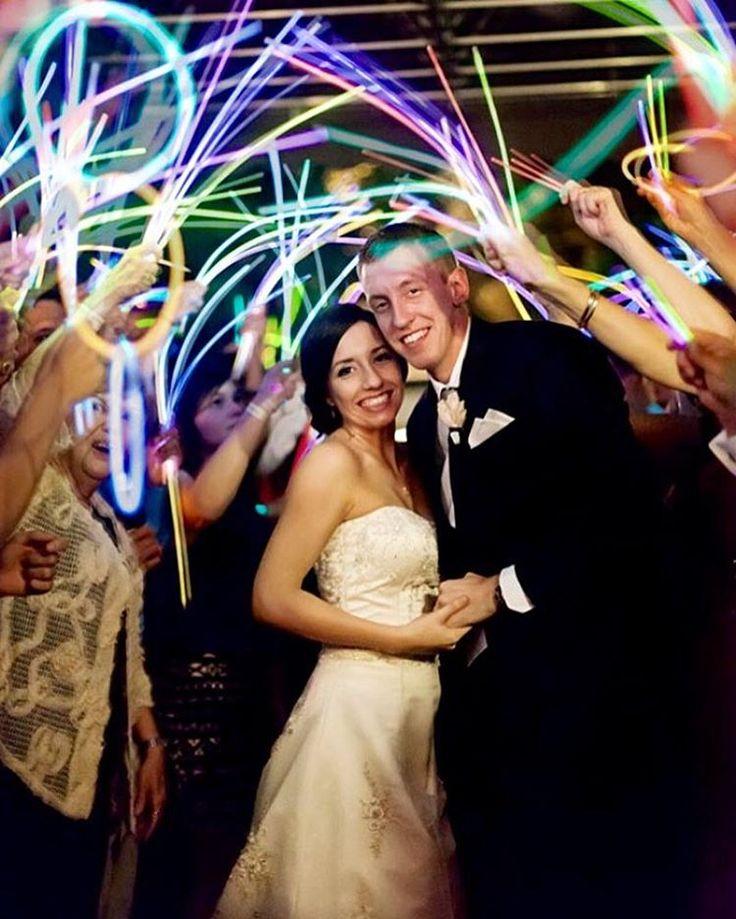 """С каждым годом все больше пар,хотят свадьбу с креативчиком������ А у меня в голове склад """"таких""""идей������ Звоните 8937-260-11-71☎️☎️☎️☎️☎️ И мы зажжем и на вашей свадьбе �������������������� #saratov #wedding #свадьба #креатив #невеста #жених #неон #световоешоу #неоновыепалочки  #энгельс #ведущая #гости #кафесаратов #justmarried http://gelinshop.com/ipost/1515723503881392777/?code=BUI7n8Cj5KJ"""