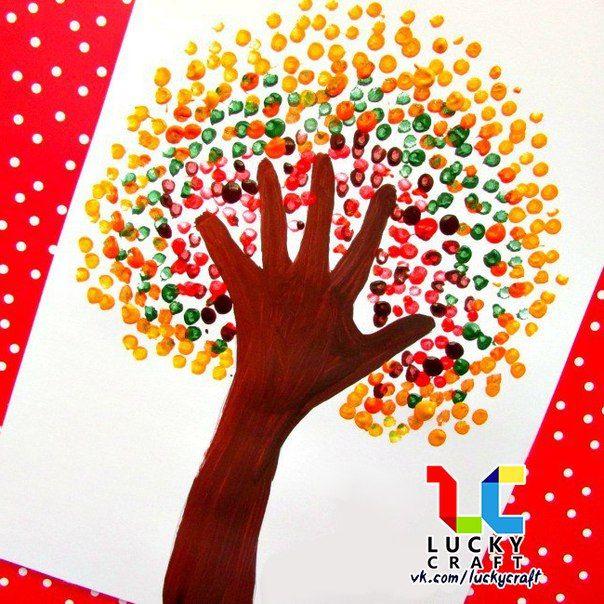 Урок рисования: Осеннее дерево 🍂🎨🌳<br><br>Ствол и ветки у дерева – обведённая по контуру детская рука. Листочки нарисованы красками при помощи ватных палочек.
