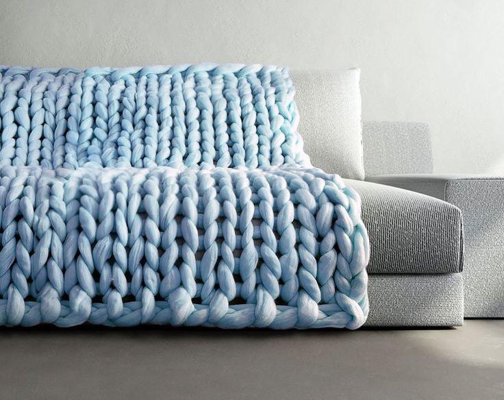 Elle tricote des couvertures et vêtements tellement énormes qu'on les croirait tricotés par des géants