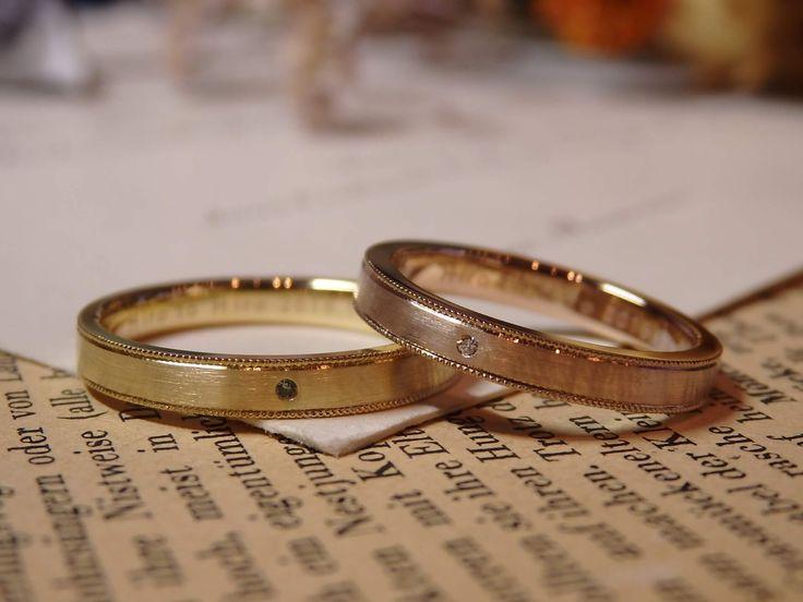 男性のイエローゴールドリングの中央には、優しい青空色のブルートパーズ。 女性のピンクゴールドリングの中央には、光の反射が美しいダイヤモンド。  [marriage,wedding,ring,bridal,K18,マリッジリング,結婚指輪,オーダーメイド,ウエディング,ith,イズマリッジ]