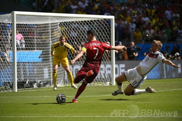 サッカーW杯ブラジル大会(2014 World Cup)グループG、ドイツ対ポルトガル。得点を狙うポルトガルのクリスティアーノ・ロナウド(Cristiano Ronaldo、2014年6月16日撮影)。(c)AFP/FABRICE COFFRINI ▼17Jun2014AFP|ドイツがポルトガルに快勝、ミュラーがロナウドから主役の座奪う http://www.afpbb.com/articles/-/3017854 #Germany_Portugal_group_G #Brazil2014
