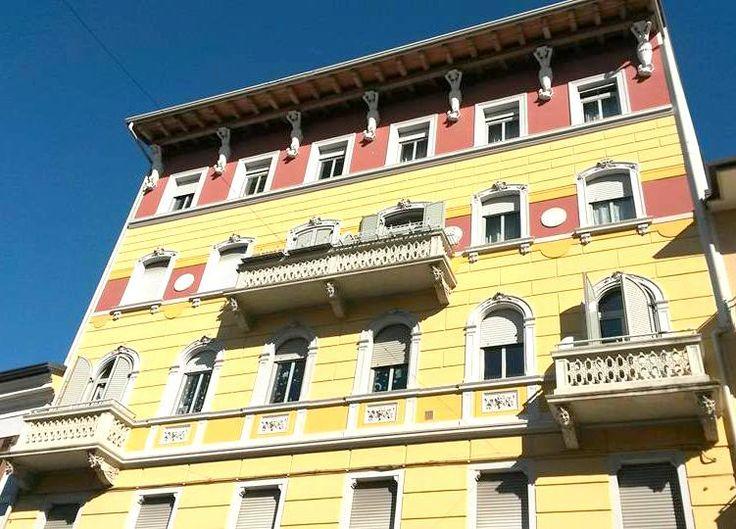 inizio primavera in Corso.. il palazzo con le statue