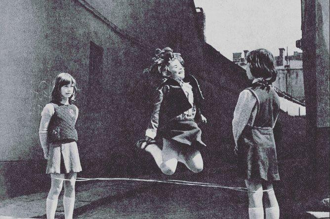 """А я хочу а я хочу опять...(с) Просто сидела вечером и вспомнилось детство))) Я обожала играть в резиночки и была (между прочим) лучшей во дворе мне кажется если бы я сейчас увидела на улице девочек прыгающих в резиночки- я бы упала на асфальт истерично рыдала и била кулаками по нему... от ностальгии и от того что моё детство теперь только в воспоминаниях А ещё вышибалы! Теперь на том поле где мы играли перед моим родным домом в Астрахани стоит магазин... А """"цепи-цепи""""? М? Меня один раз так с…"""