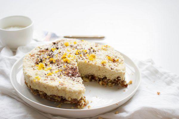 Cheesecake (raw en vegan) met een bodem van dadels en noten, en een vulling van cashewnoten met sinaasappel en cacaobibs. Gezond en lekker!