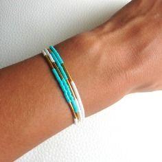 Bracelet fin multirang perles de rocaille bleu turquoise blanches et plaqué or