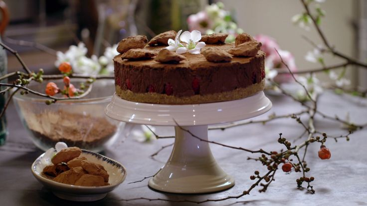 Het nagerecht Chocoladetruffeltaart met frambozen komt uit het programma Koken met van Boven. Lees hier het hele recept en maak zelf heerlijke Chocoladetruffeltaart met frambozen.