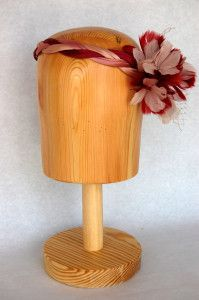Tiara trenzada en rosa nude y granate con flor de pluma Luisa Gala