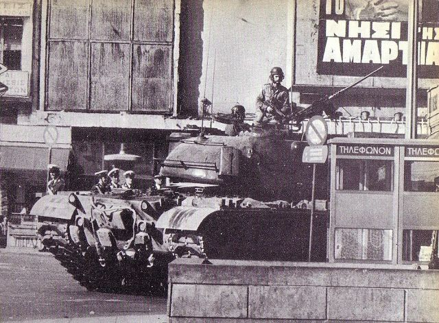 Η Ελλάδα στο γύψο. Άρμα στην Ομόνοια, μετά τα γεγονότα στο Πολυτεχνείο και την επιβολή στρατιωτικού νόμου.