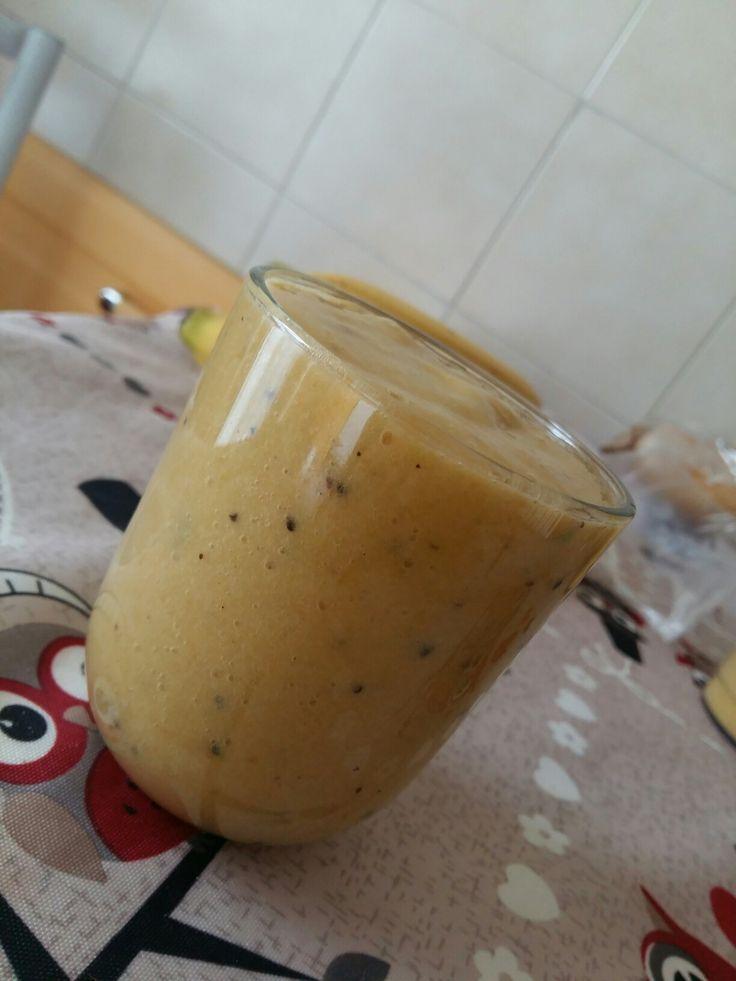 1 kiwi 1 banana piccola 1/2 mango 1/2 cetriolo Qlxhe scaglia di zenzero Acqua q.b. 😊😊😊😊 buonissimo!!!!