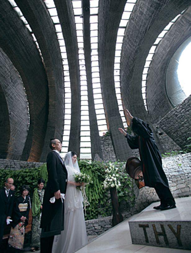 柔らかな光が差し込む軽井沢の石の教会のチャペル♪