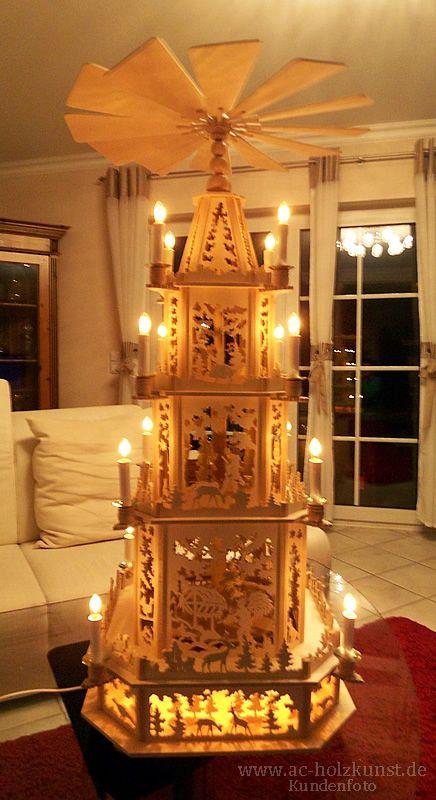 Frau Meyer hat uns aus Ihrer großen Sammlung selbstgefertigter Weihnachtspyramiden weitere Fotos zugeschickt. Diese Weihnachtspyramide ist nach einer Laubsägevorlage Vogtlandpyramide...