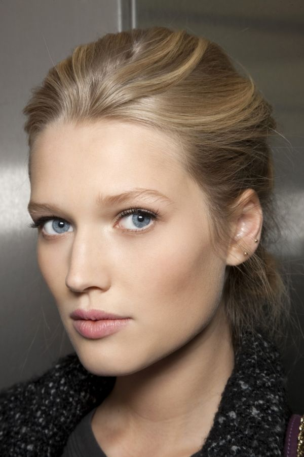Toni Garrn. Gorgeous hair and natural makeup