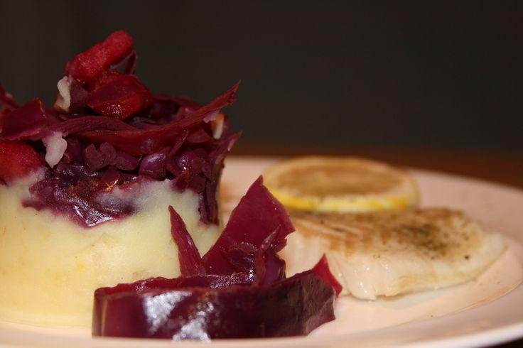 Heerlijk recept door de combinatie van de aardse smaak van rode kool en de frisheid van de citroen puree.  Kabeljauw met aardappel-citroen puree & rode kool.