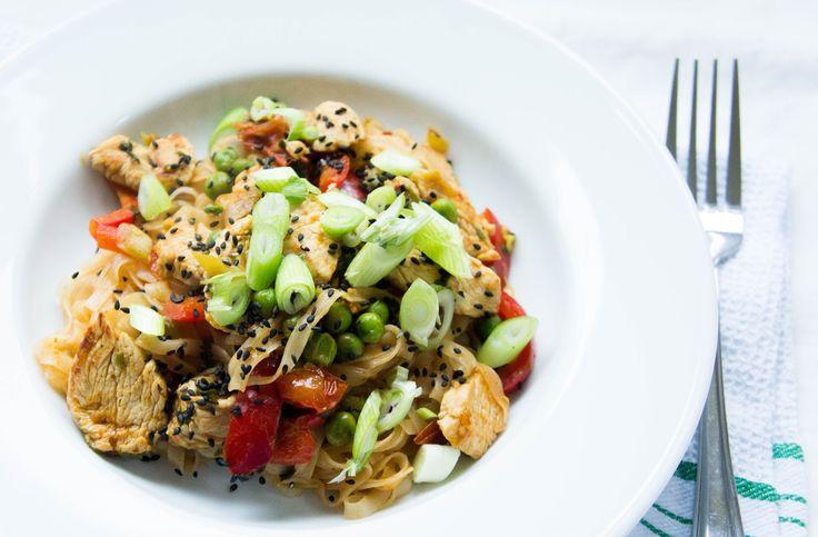 JUSIA GOTUJE makaron ryżowy z kurczakiem i  warzywami, makaron z kurczakiem i  warzywami, makaron z kurczakiem, szybki makaron, szybki obiad z makaronem, makaron ryżowy