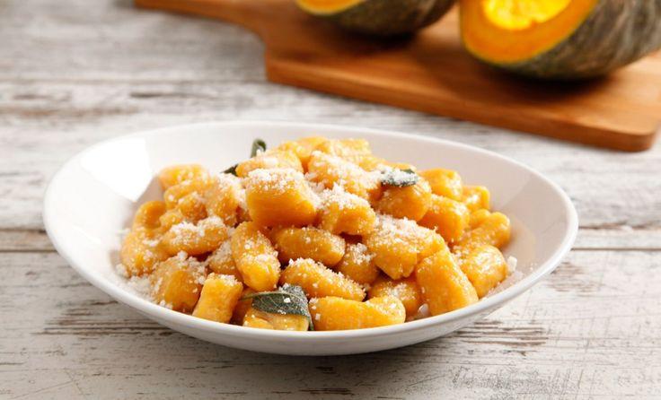 Gli gnocchi di zucca senza patate sono un primo piatto gustoso, condito con burro e salvia. Una ricetta facile per l'autunno.