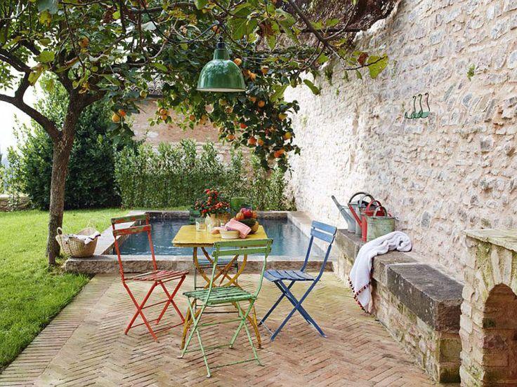 Уютный дворик со столиком в тени дерева хурмы.  (средиземноморский,средиземноморский интерьер,средиземноморский дом,средиземноморский стиль,деревенский,сельский,кантри,архитектура,дизайн,экстерьер,интерьер,дизайн интерьера,мебель,на открытом воздухе,патио,балкон,терраса) .