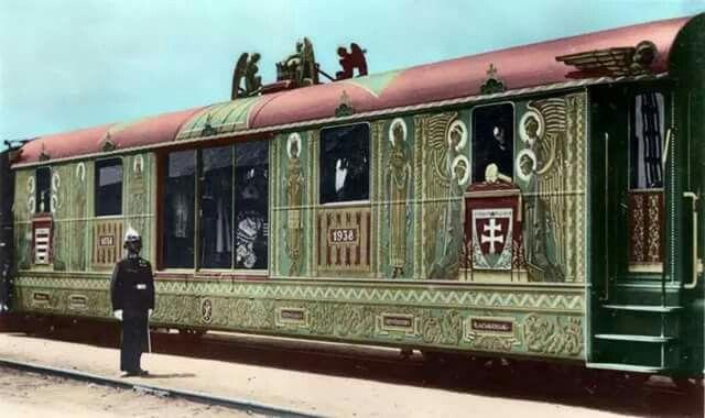 Régi Pécs   Aranyvonat 1938-Aranyvonat mellett egy koronaőr