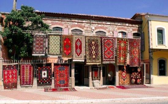 BERGAMA HALISI Bergama ve çevresinde 15. yüzyıla uzanan dokumacılık kültürü, günümüzde de bir çok köyün geçim kaynağı olarak varlığını sürdürmektedir. BERGAMA HALILARI Erken devirlerden başlayarak günümüze gelen tarihsel bir süreçte , Anadolu Türkmen dokuyucusunun düz ve düğümlü dokuma yaygı kültürü içinde, kendine has renk ve desen yapısı ile ayrı bir kimliğe sahip Batı Anadolu Bergama …